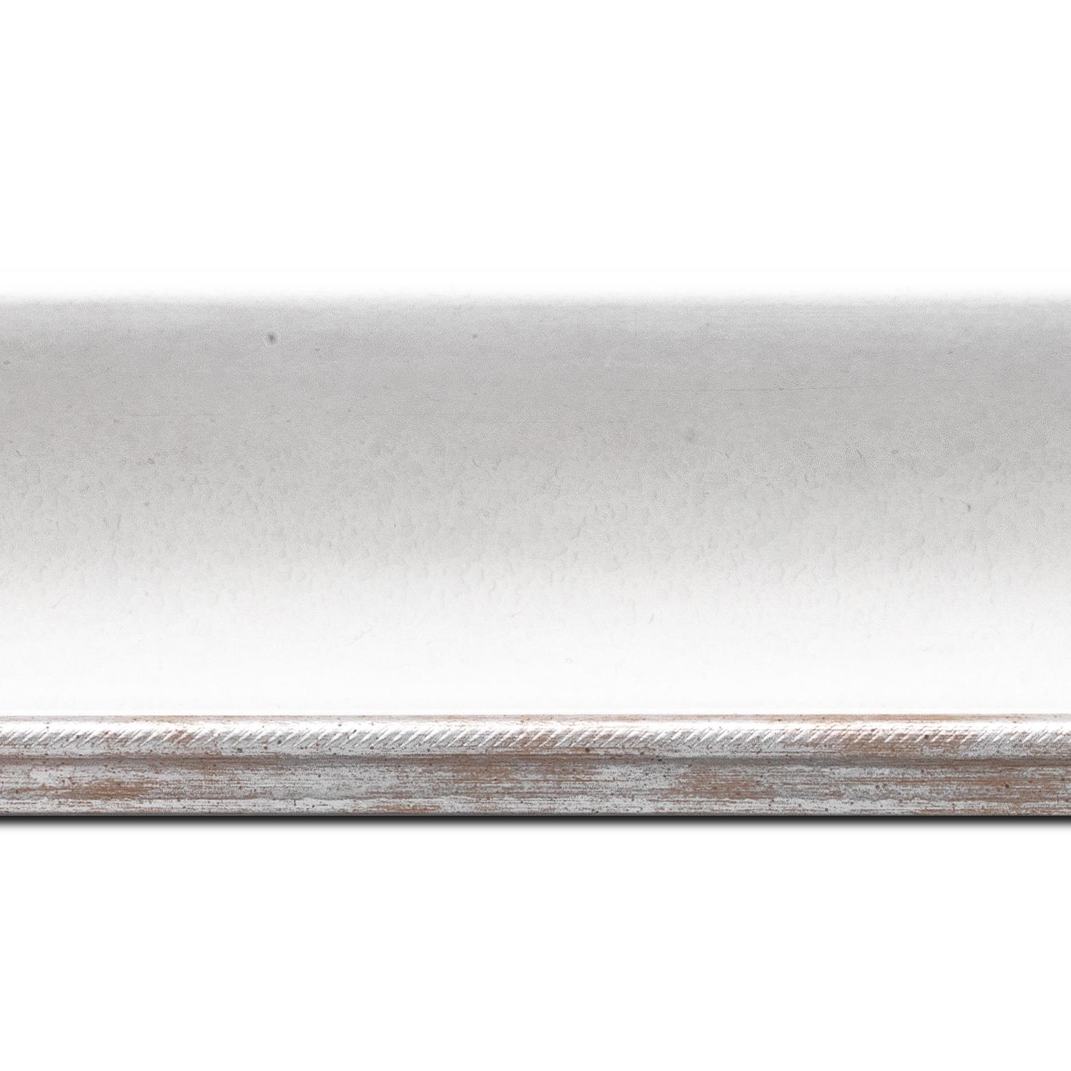 Pack par 12m, bois profil incurvé largeur 7.5cm de couleur blanc finition antique filet argent(longueur baguette pouvant varier entre 2.40m et 3m selon arrivage des bois)