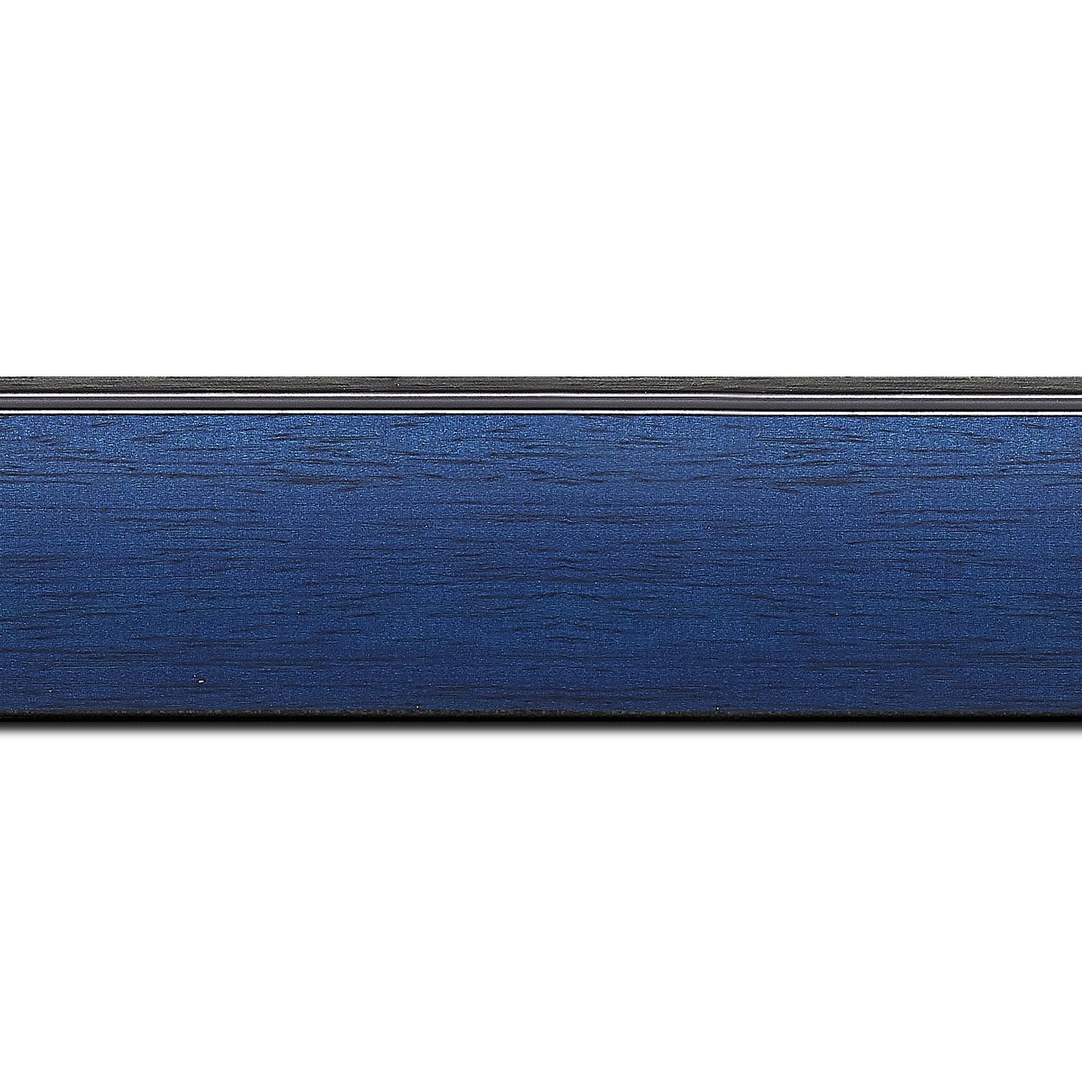 Baguette longueur 1.40m bois profil en pente méplat largeur 4.8cm couleur bleu cobalt satiné surligné par une gorge extérieure noire : originalité et élégance assurée
