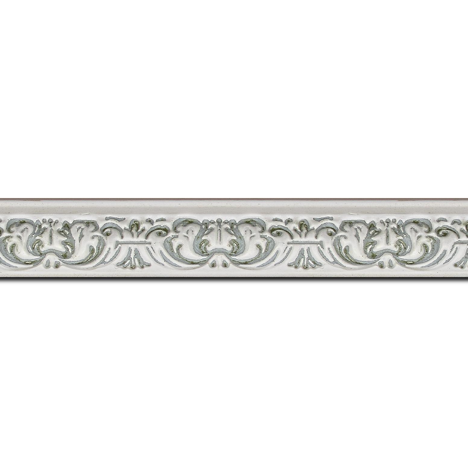 Baguette longueur 1.40m bois profil incurvé largeur 2.6cm couleur vert pale en relief sur fond blanchie