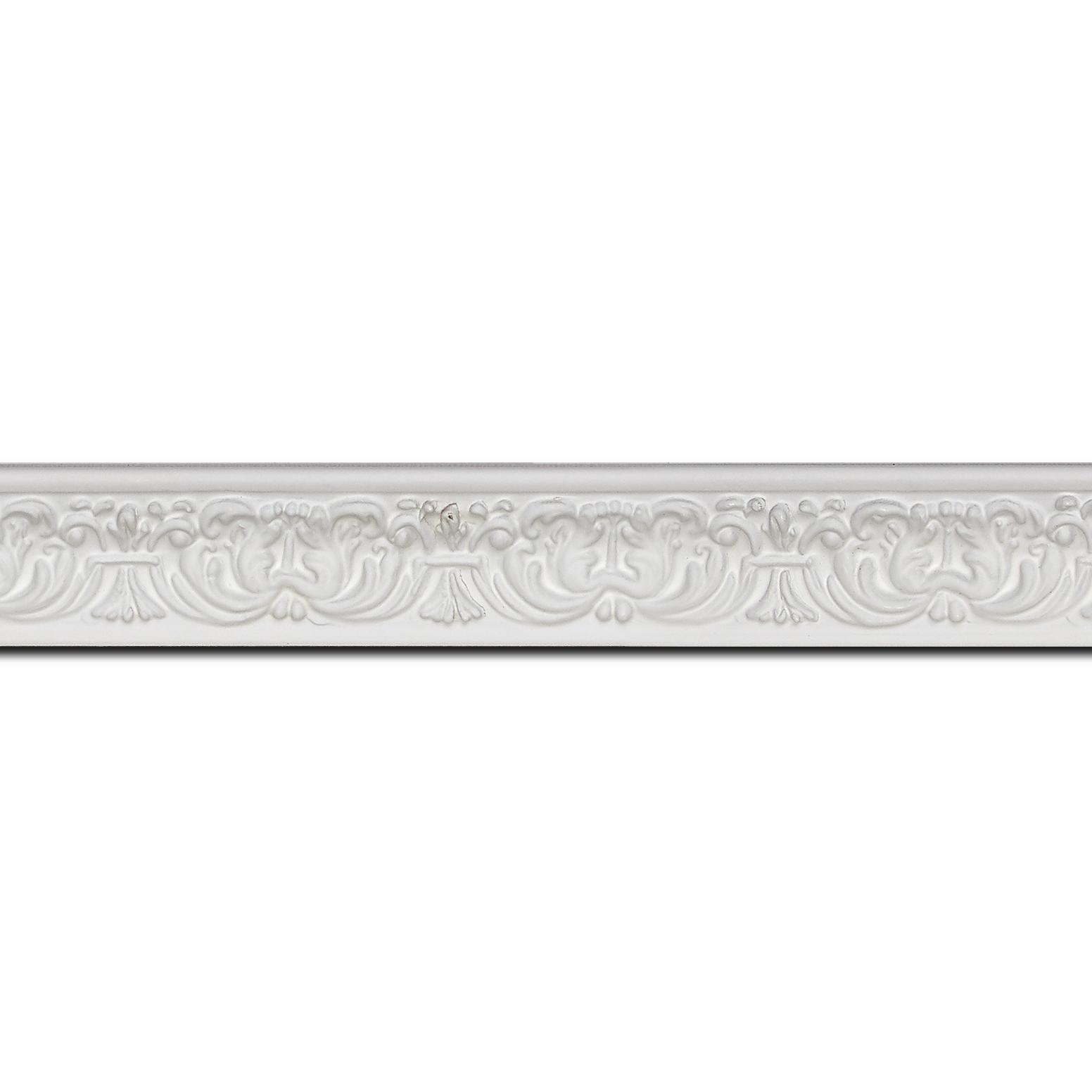 Baguette longueur 1.40m bois profil incurvé largeur 2.6cm couleur blanc en relief sur fond blanc