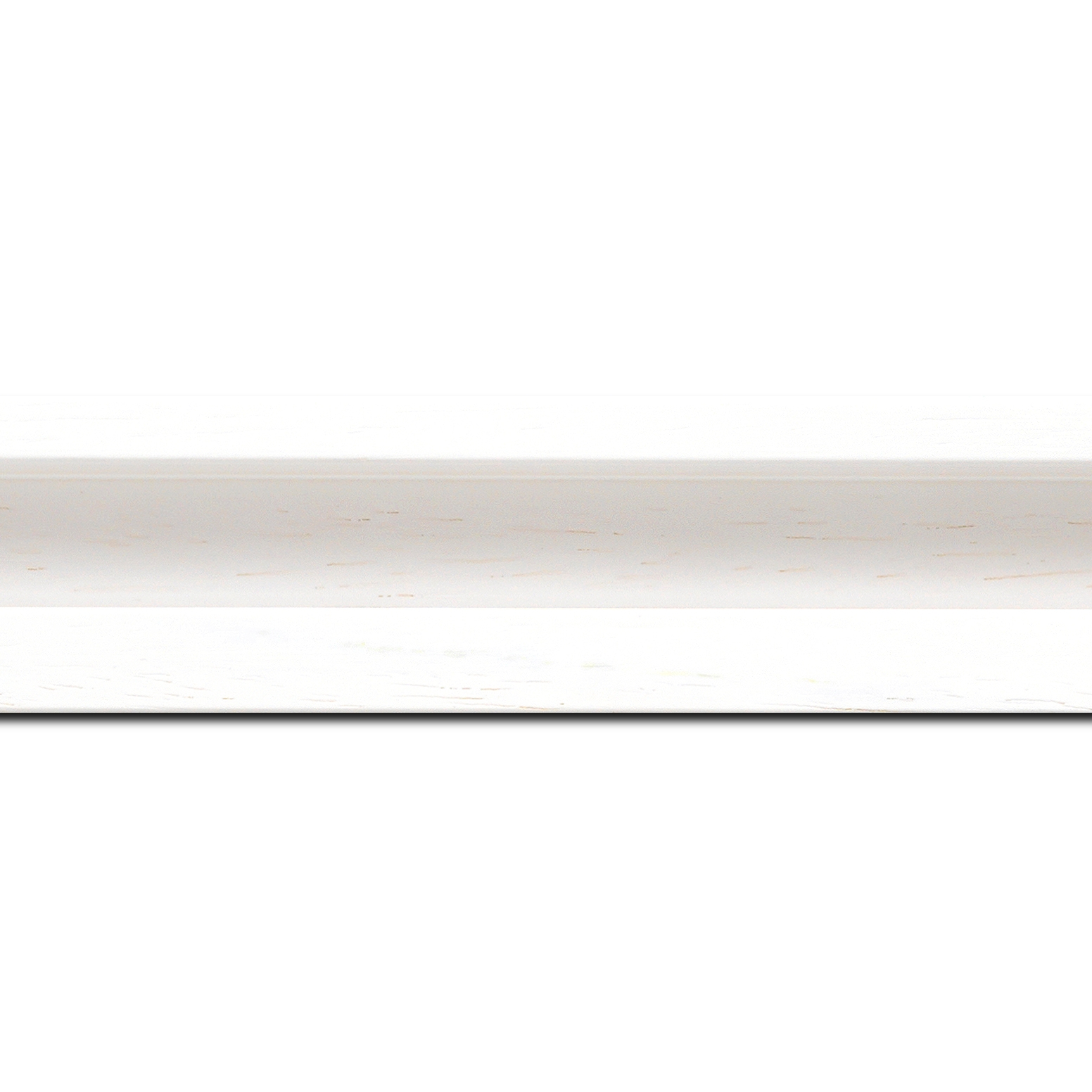 Pack par 12m,  bois caisse américaine largeur 4.5cm blanc satiné (spécialement concu pour les supports papier necessitant une protection et un isorel assurant le maintien de l'ensemble  : le sujet se met à l'intérieur du cadre ) profil en u(longueur baguette pouvant varier entre 2.40m et 3m selon arrivage des bois)