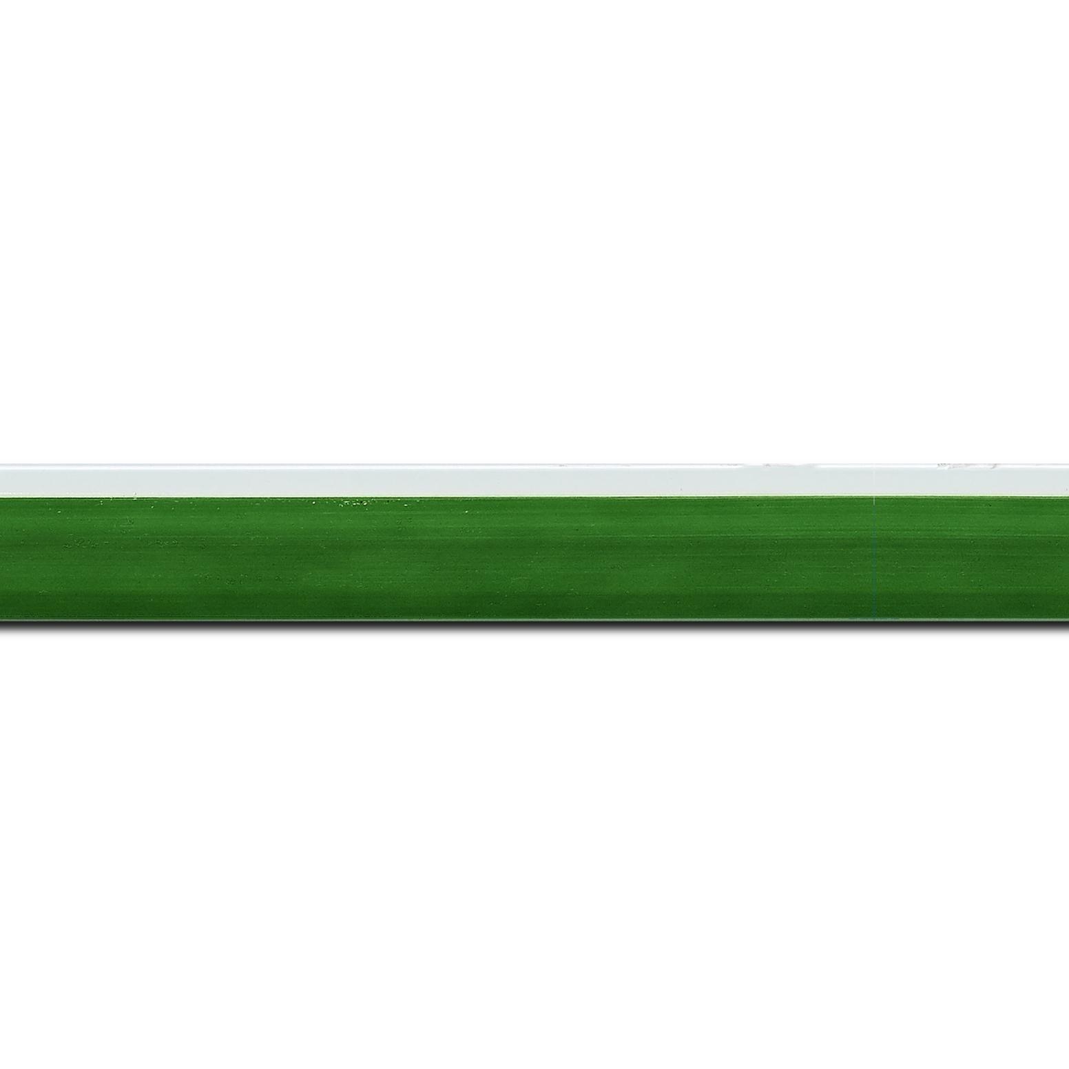 Pack par 12m, bois profil en pente plongeant largeur 2.2cm couleur vert laqué filet extérieur blanc laqué(longueur baguette pouvant varier entre 2.40m et 3m selon arrivage des bois)