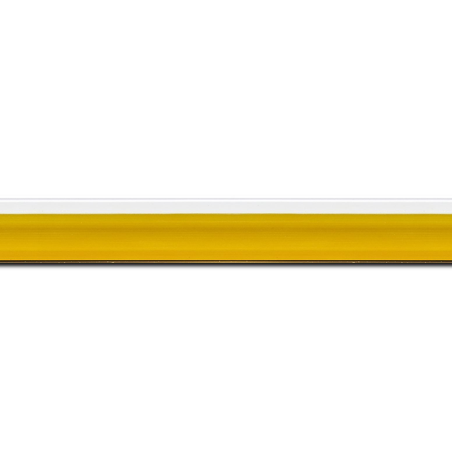 Pack par 12m, bois profil en pente plongeant largeur 2.2cm couleur jaune laqué filet extérieur blanc laqué  (longueur baguette pouvant varier entre 2.40m et 3m selon arrivage des bois)