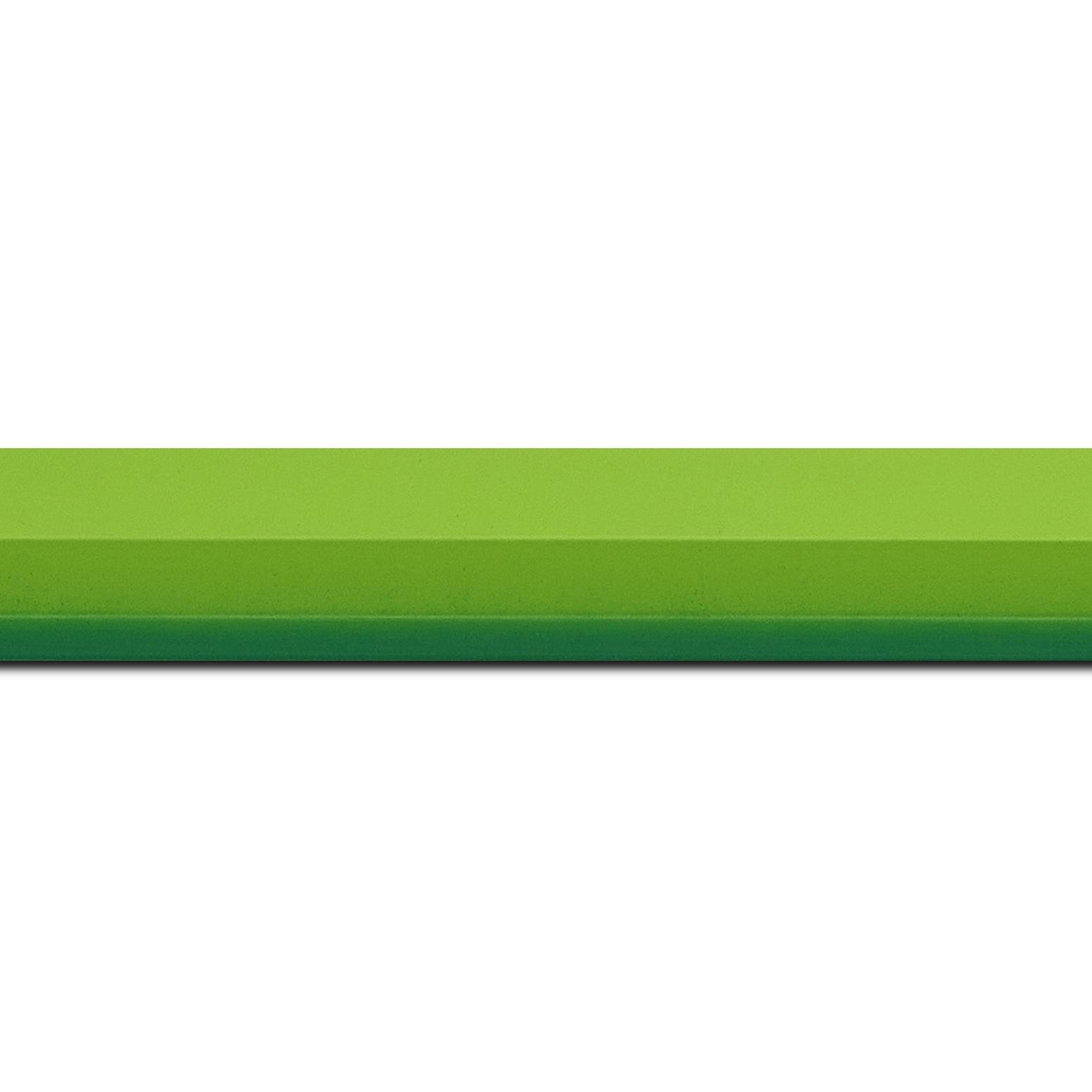 Pack par 12m, bois profil plat profil plat 3 faces largeur 2.8cm de couleur vert tendre mat , nez intérieur vert foncé mat dégradé (finition pore bouché) (longueur baguette pouvant varier entre 2.40m et 3m selon arrivage des bois)