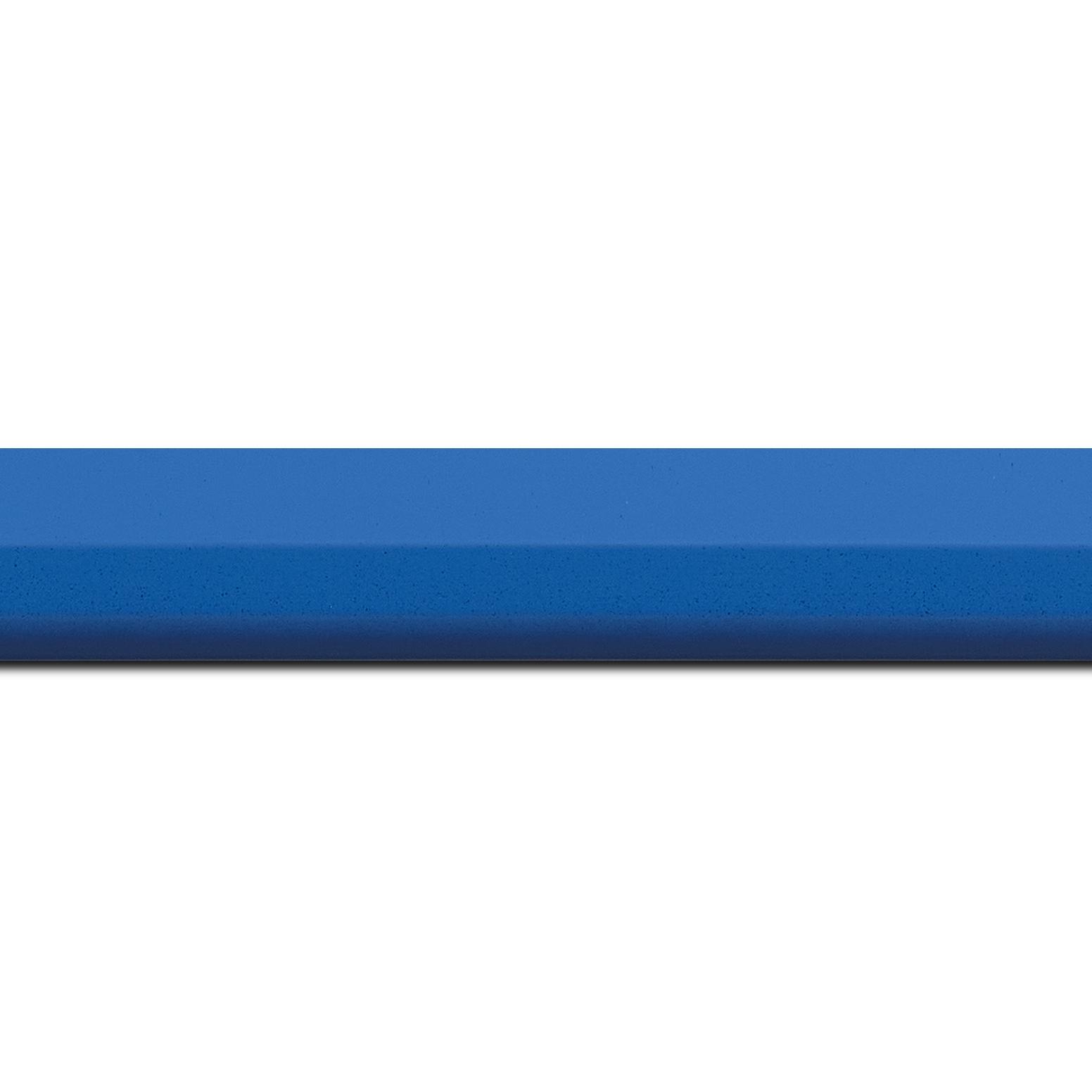Pack par 12m, bois profil plat profil plat 3 faces largeur 2.8cm de couleur bleu roi mat , nez intérieur bleu foncé mat dégradé (finition pore bouché) (longueur baguette pouvant varier entre 2.40m et 3m selon arrivage des bois)