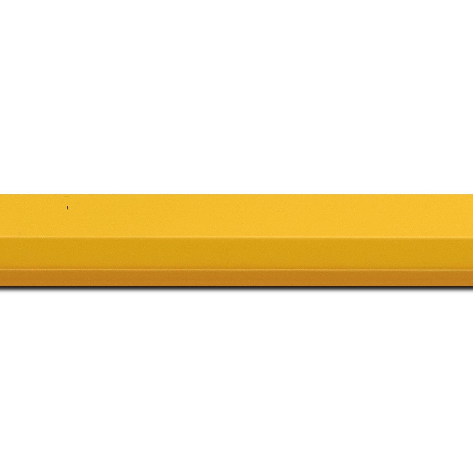 Pack par 12m, bois profil plat profil plat 3 faces largeur 2.8cm de couleur jaune mat , nez intérieur jaune + foncé mat dégradé (finition pore bouché) (longueur baguette pouvant varier entre 2.40m et 3m selon arrivage des bois)
