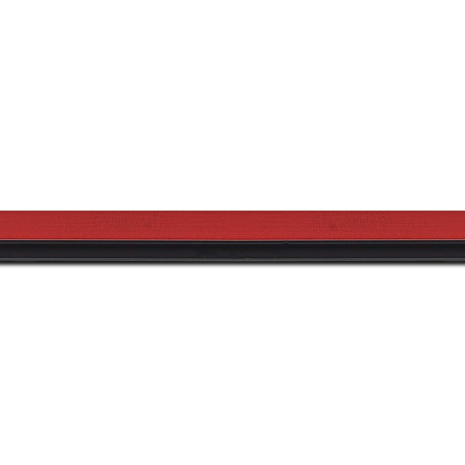 Pack par 12m, bois profil plat largeur 1.6cm couleur rouge satiné filet noir en retrait de la face du cadre de 6mm assurant un effet très original (longueur baguette pouvant varier entre 2.40m et 3m selon arrivage des bois)