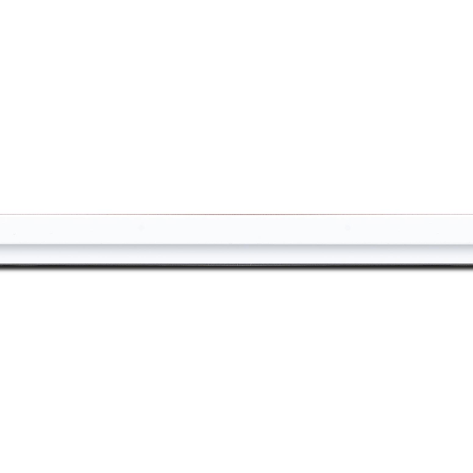 Pack par 12m, bois profil plat largeur 1.6cm couleur blanc mat finition pore bouché filet blanc en retrait de la face du cadre de 6mm assurant un effet très original (longueur baguette pouvant varier entre 2.40m et 3m selon arrivage des bois)