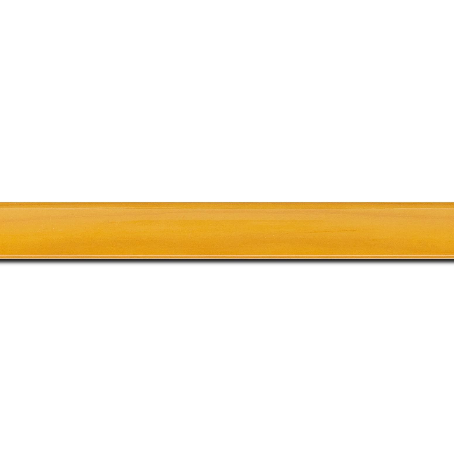 Baguette longueur 1.40m bois profil arrondi plongeant largeur 2cm couleur jaune vernis sur pin (veine du bois apparent)
