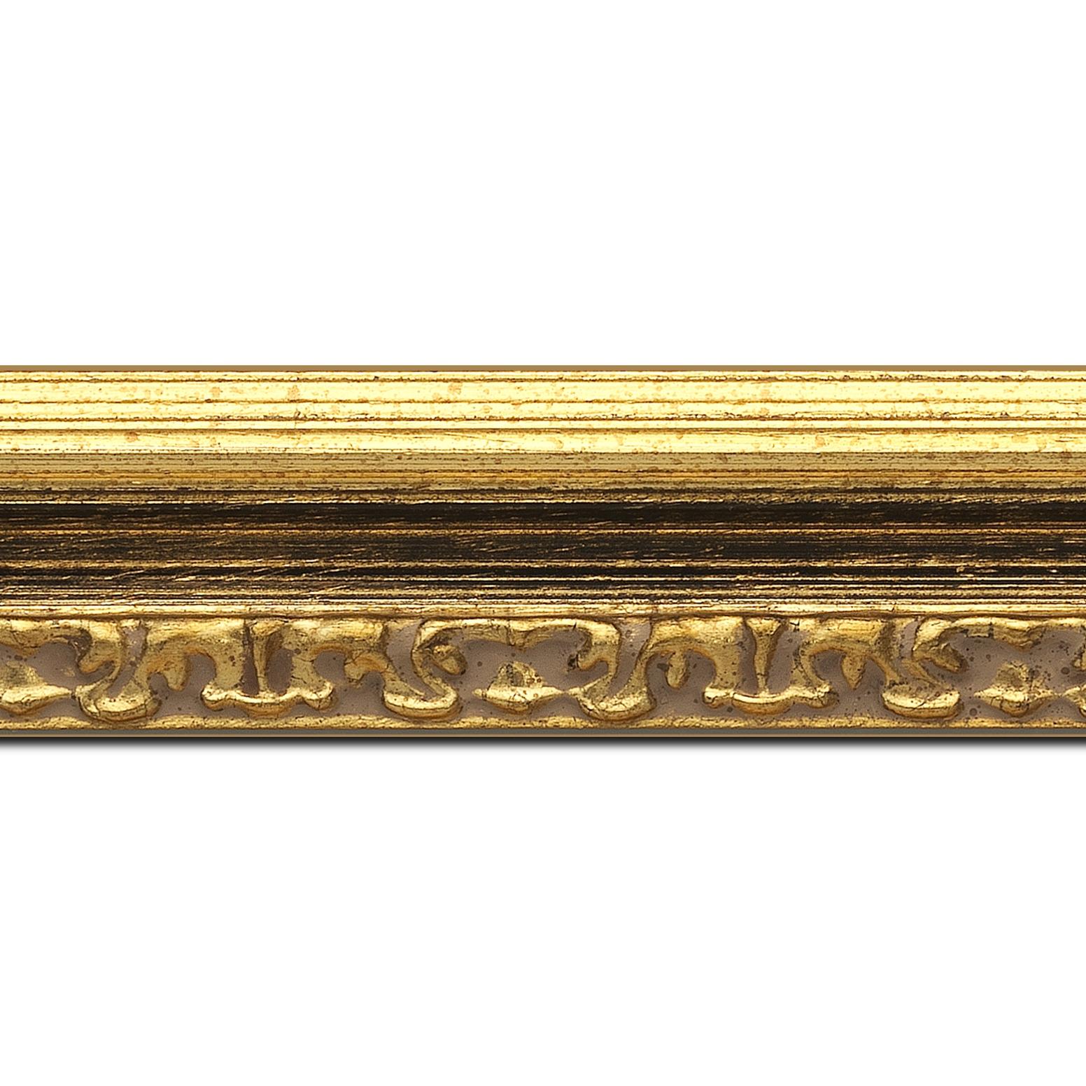 Baguette longueur 1.40m bois profil incurvé largeur 5.1cm couleur or patiné à la feuille gorge noire fond or nez ornement