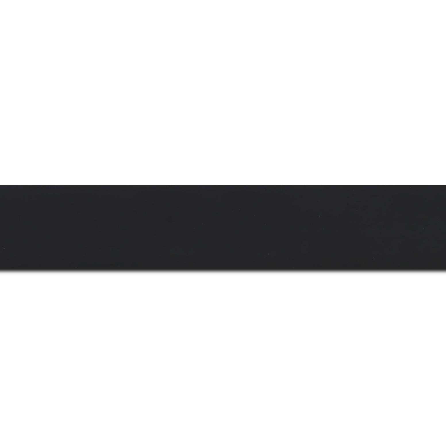 Pack par 12m, bois profil plat largeur 3cm couleur noir mat finition pore bouché effet cube (le sujet qui sera glissé dans le cadre sera en retrait de la face du cadre de 1.4cm assurant un effet très contemporain) (longueur baguette pouvant varier entre 2.40m et 3m selon arrivage des bois)