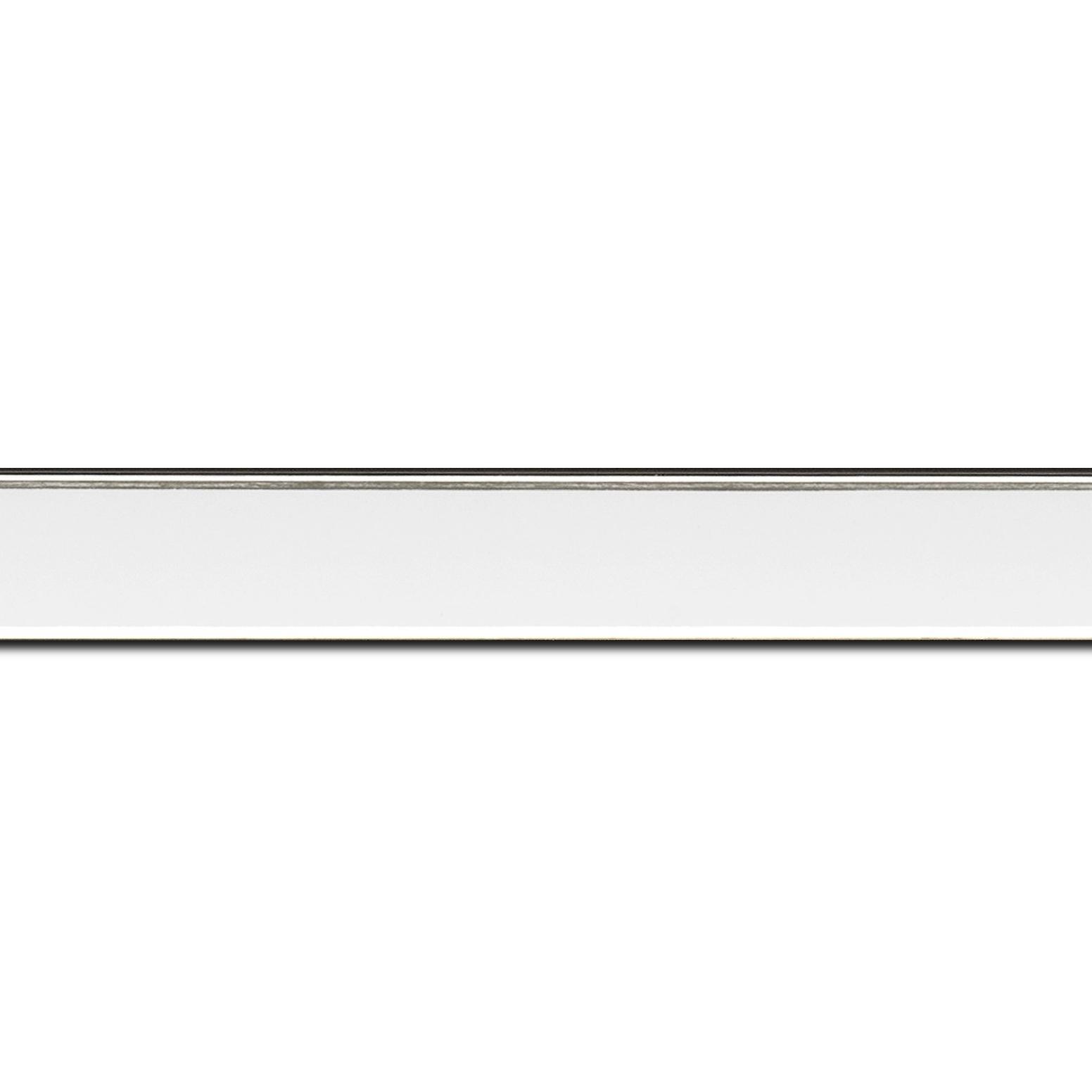 Pack par 12m, bois profil concave largeur 2.4cm couleur blanc satiné  filet argent de chaque coté (longueur baguette pouvant varier entre 2.40m et 3m selon arrivage des bois)