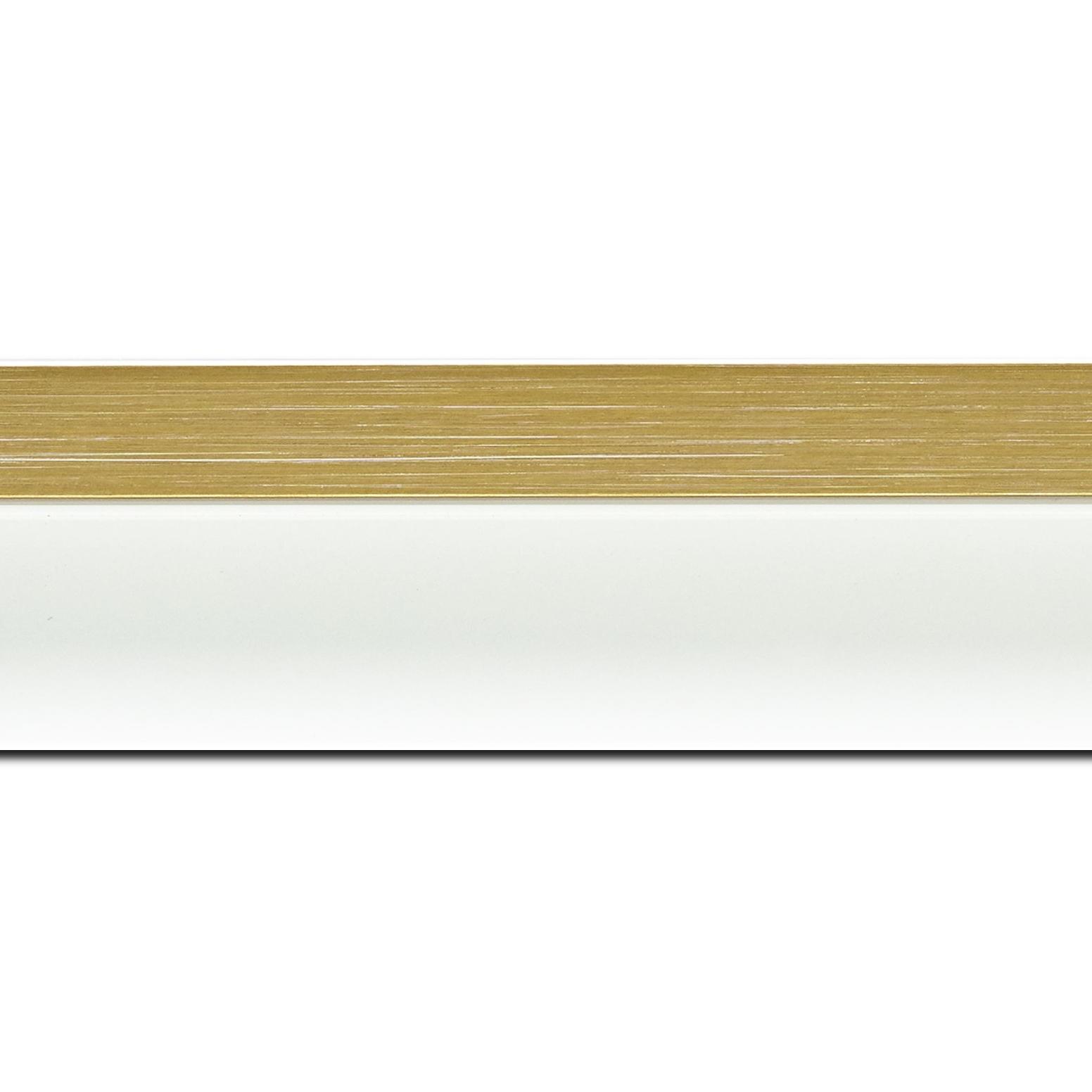 Baguette longueur 1.40m bois caisse américaine profil en l (flottante) largeur 4.5cm blanc mat finition pore bouché filet or largeur 2cm qualitÉ galerie (spécialement conçu pour les châssis d'une épaisseur jusqu'à 3cm ) information complémentaire : il faut renseigner la dimension précise de votre sujet  et l'espace intérieur entre la toile et le cadre sera de 2cm
