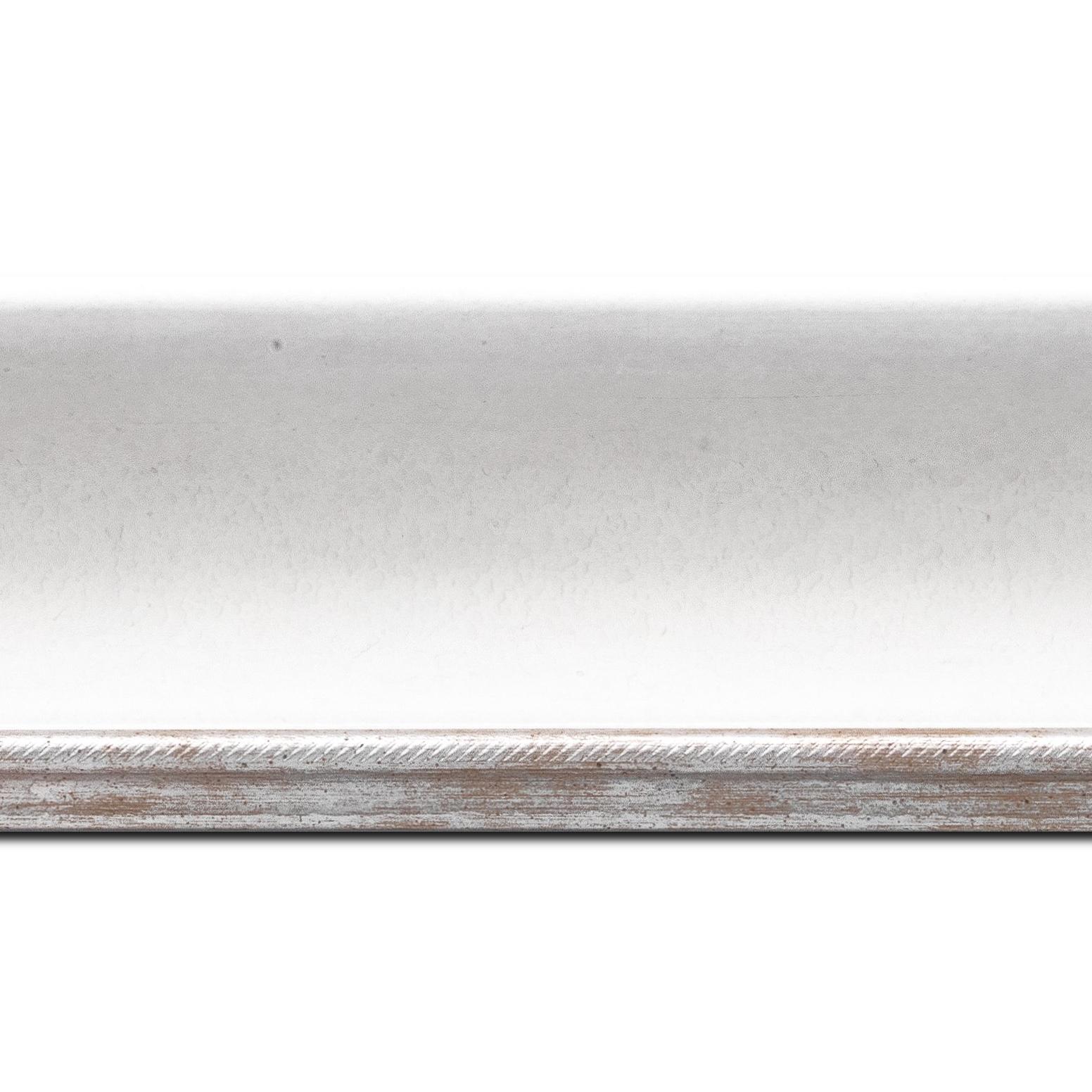Baguette longueur 1.40m bois profil incurvé largeur 7.5cm de couleur blanc finition antique filet argent