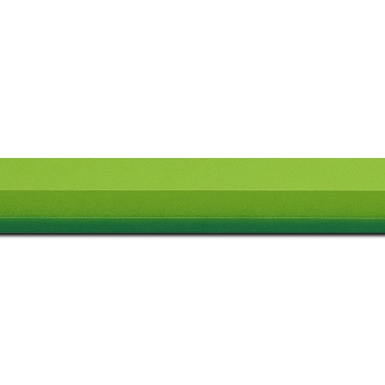 Baguette longueur 1.40m bois profil plat 3 faces largeur 2.8cm de couleur vert tendre mat , nez intérieur vert foncé mat dégradé (finition pore bouché)