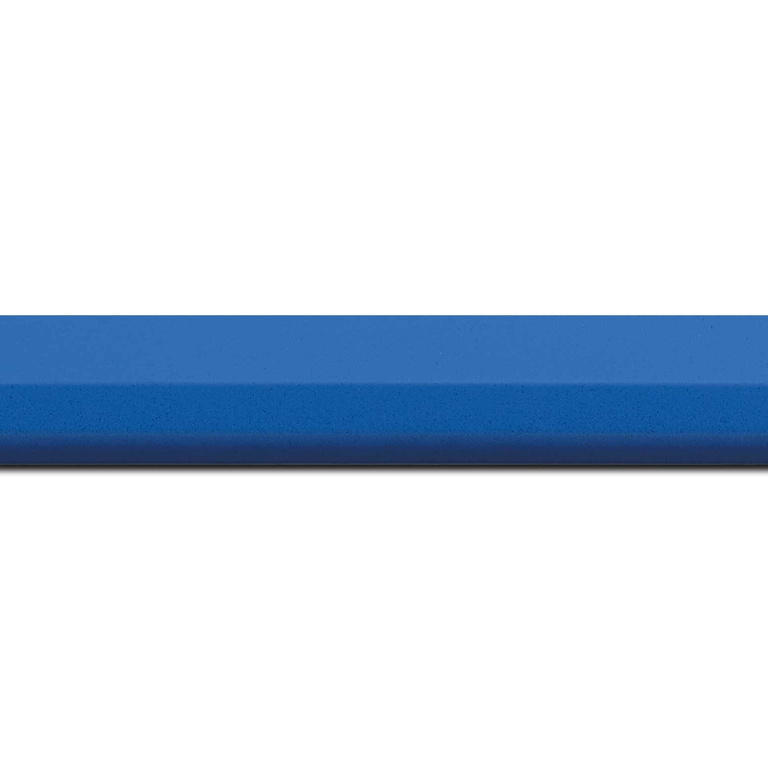 Baguette longueur 1.40m bois profil plat  3 faces largeur 2.8cm de couleur bleu roi mat , nez intérieur bleu foncé mat dégradé (finition pore bouché)