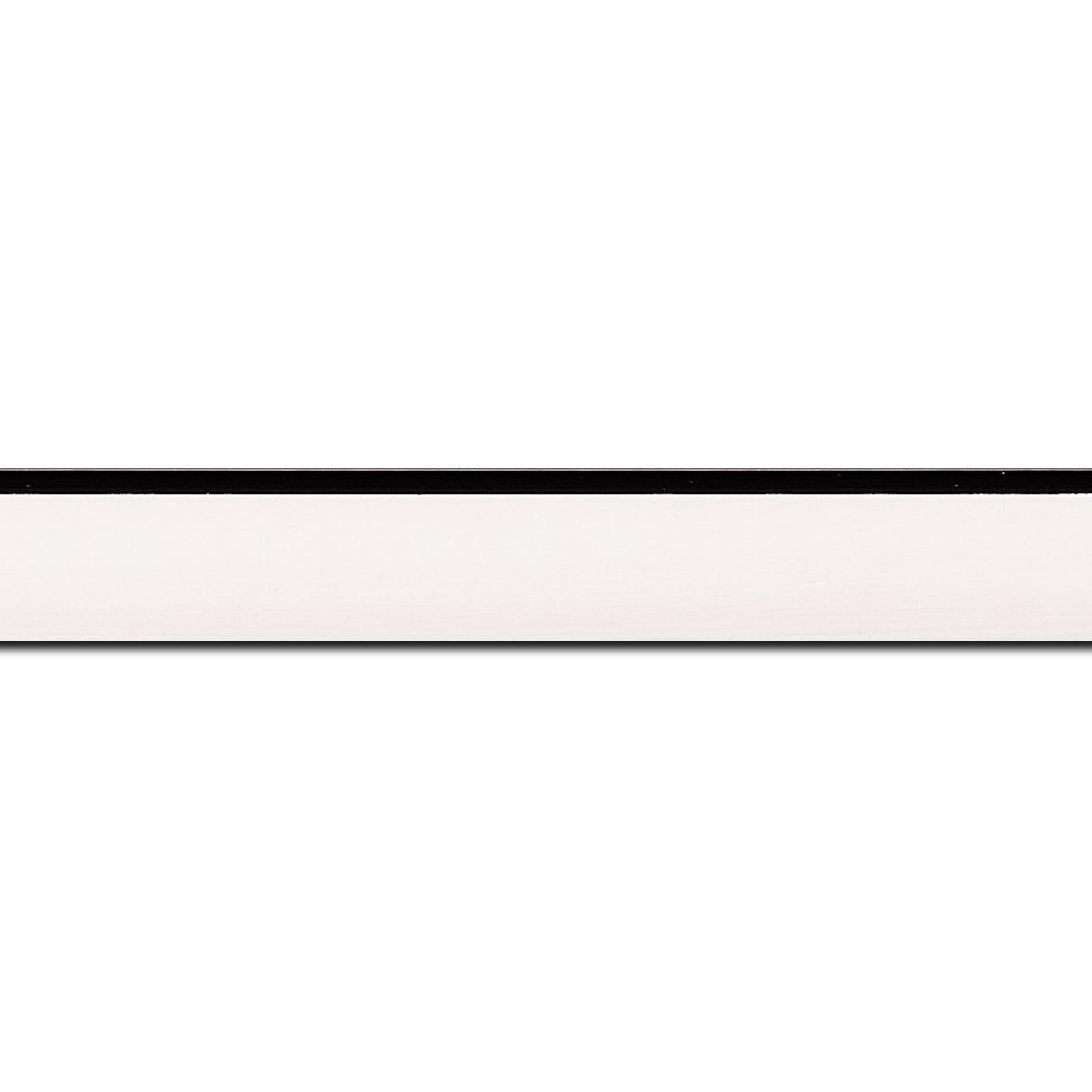 Baguette longueur 1.40m bois profil arrondi en pente plongeant largeur 2.4cm couleur crème satiné,veine du bois  apparent (pin) , angle du cadre extérieur filet noir