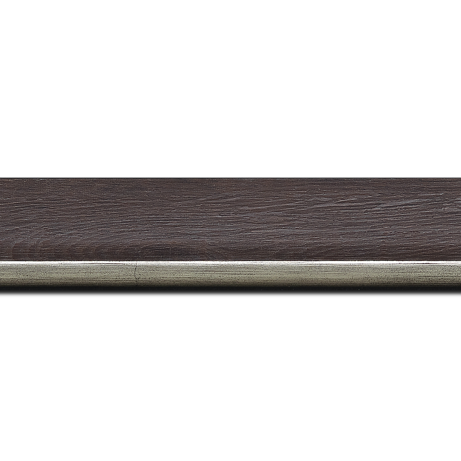Baguette longueur 1.40m bois profil plat en pente largeur 3.5cm de couleur ton bois veiné teinté marron foncé filet argent chaud