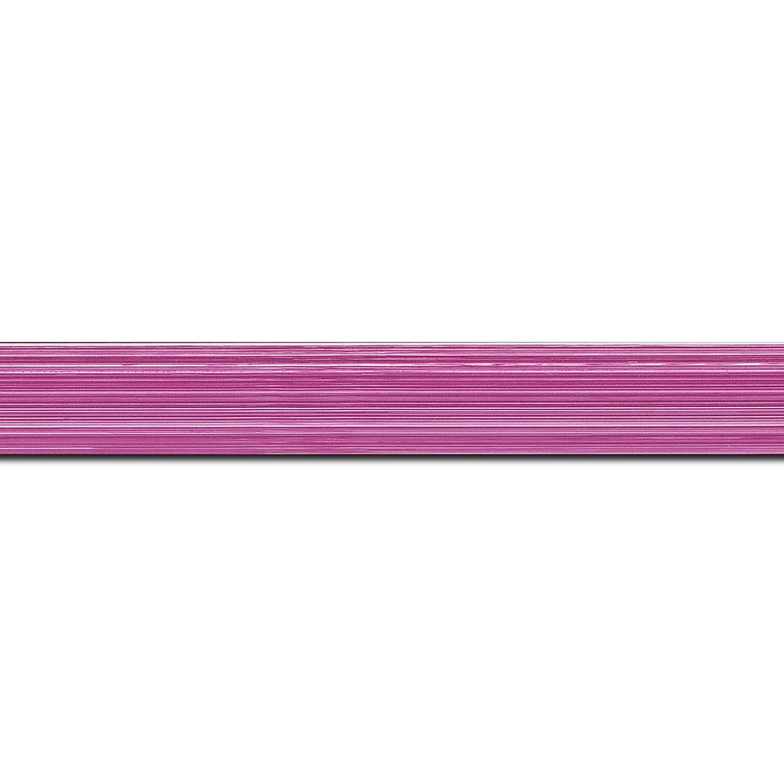 Baguette longueur 1.40m bois profil concave largeur 2.4cm couleur fushia effet matière fond blanc