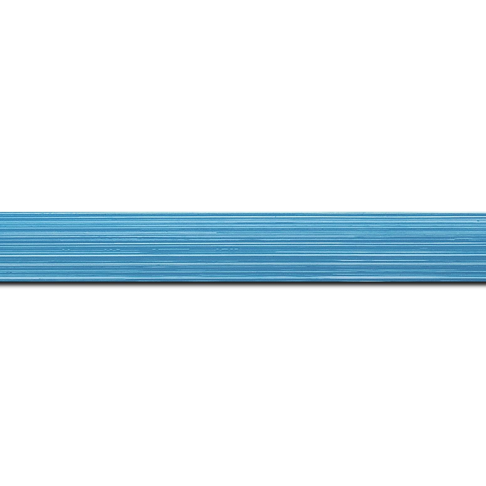 Baguette longueur 1.40m bois profil concave largeur 2.4cm couleur bleu clair effet matière fond blanc