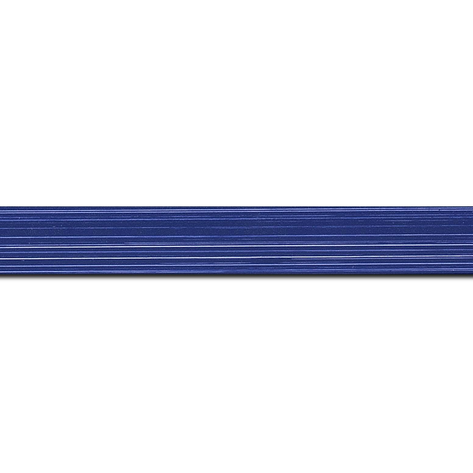 Baguette longueur 1.40m bois profil concave largeur 2.4cm couleur bleu foncé effet matière fond blanc