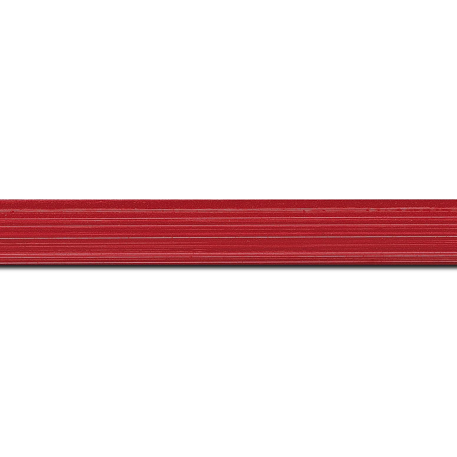 Baguette longueur 1.40m bois profil concave largeur 2.4cm couleur rouge grenadine effet matière fond blanc