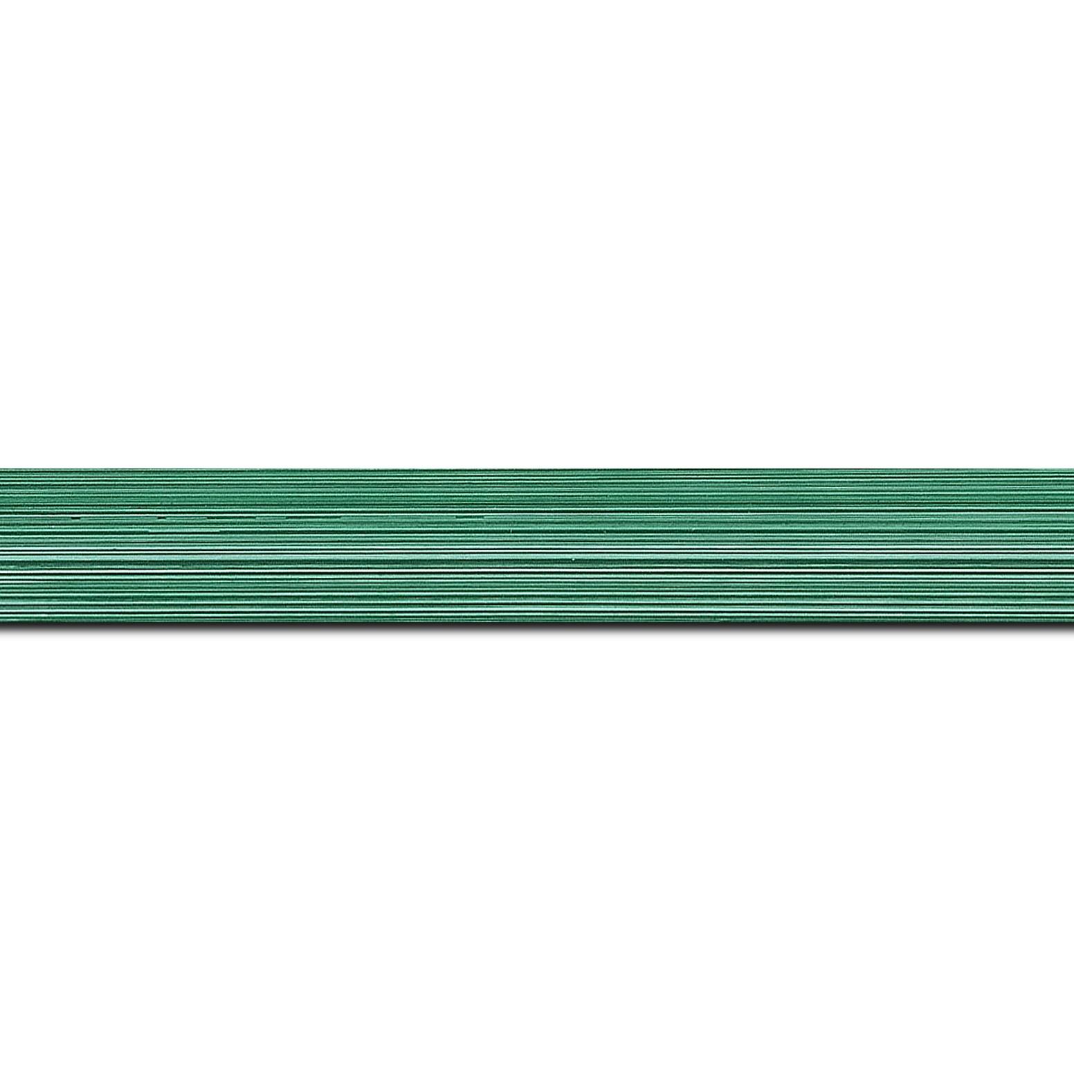 Baguette longueur 1.40m bois profil concave largeur 2.4cm couleur vert tropical effet matière fond blanc