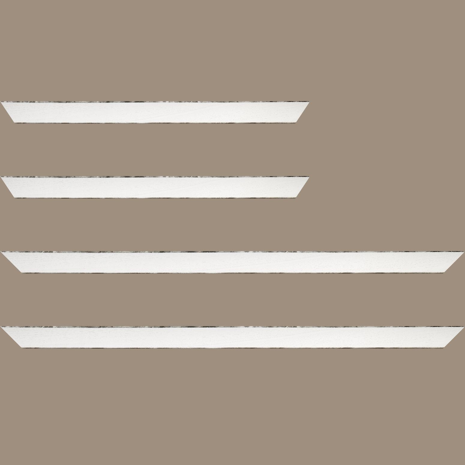Baguette service précoupé Bois profil concave largeur 2.4cm couleur blanc satiné arêtes essuyés noircies de chaque coté