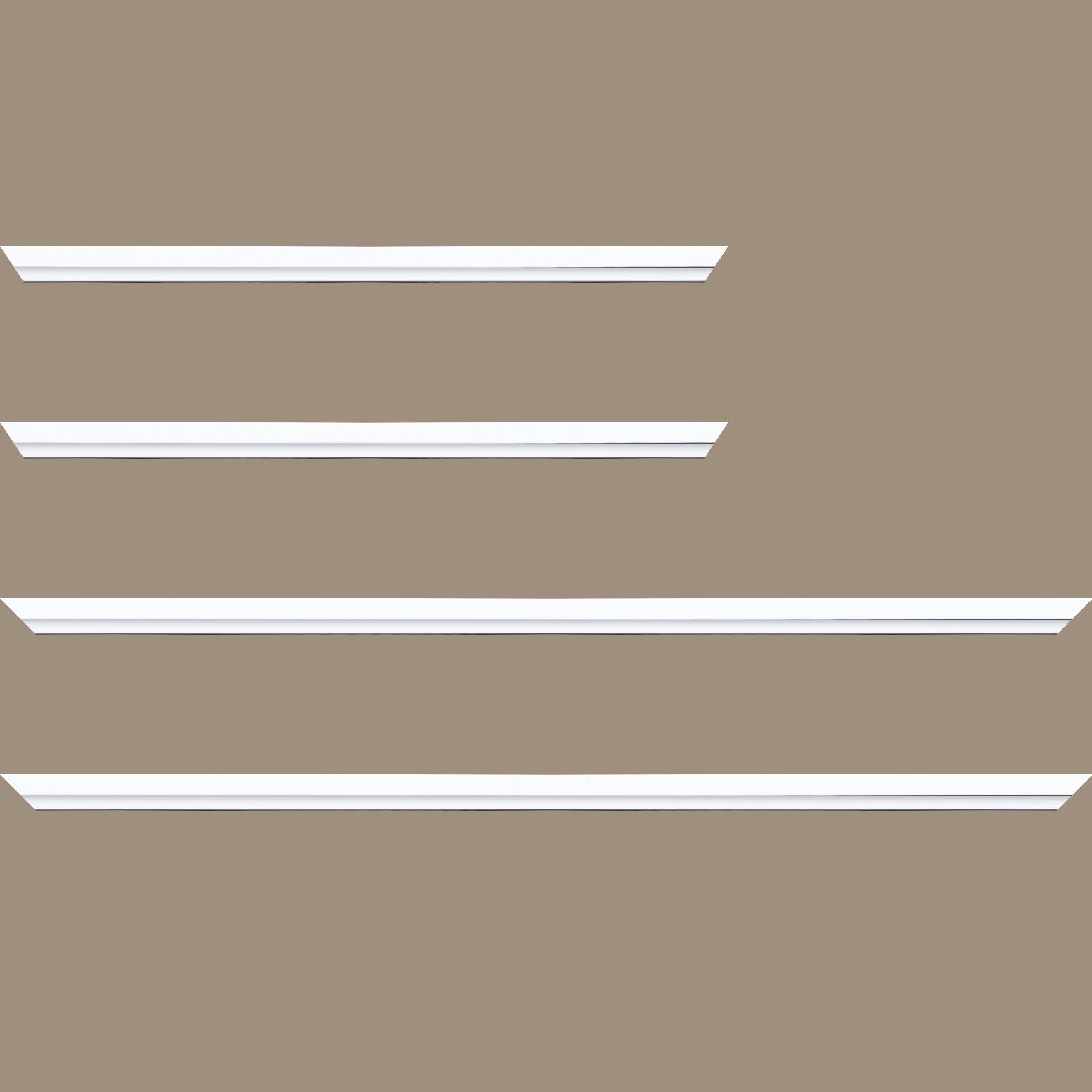 Baguette service précoupé Bois profil plat largeur 1.6cm couleur blanc mat finition pore bouché filet blanc en retrait de la face du cadre de 6mm assurant un effet très original