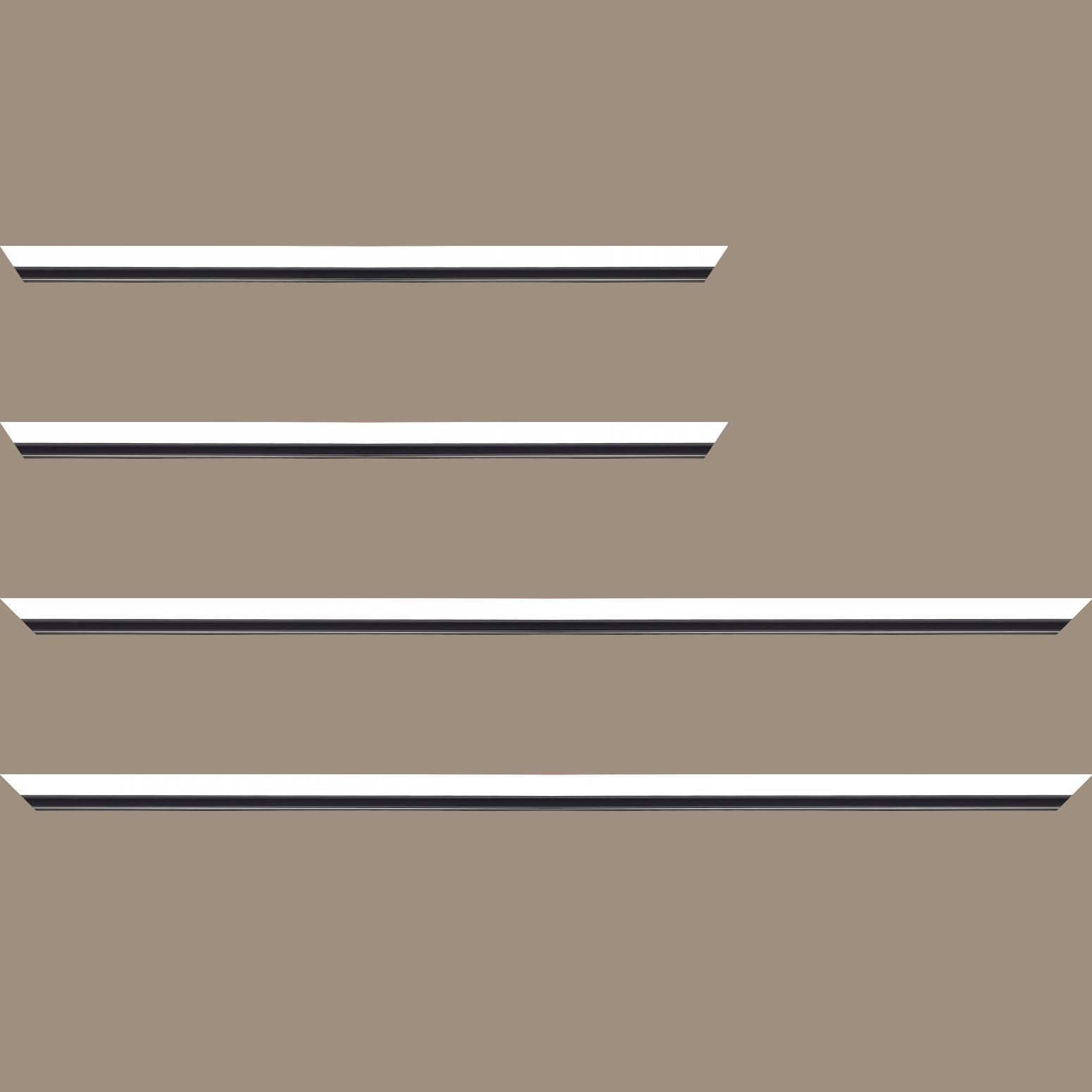 Baguette service précoupé Bois profil plat largeur 1.6cm couleur blanc mat finition pore bouché filet noir en retrait de la face du cadre de 6mm assurant un effet très original