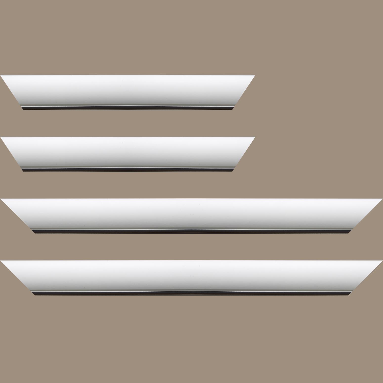 Baguette service précoupé Bois profil arrondi largeur 4.7cm couleur blanc mat finition pore bouché filet noir mat